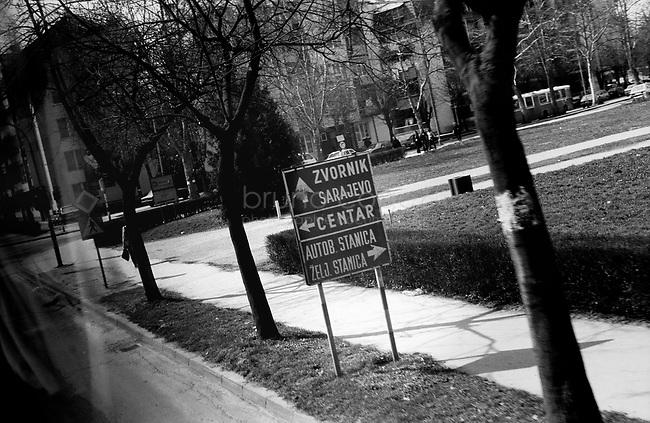 SERBIA, Lozdica, 03/2003..The bus enters Lozdica in Serbia, very near from the border with Bosnia, in direction of Zvornik. .SERBIE, Lozdica, 03/2003..Photo prise depuis le bus qui relie Belgrade à Sarajevo. Le bus enter dans la ville de Lozdica en Serbie, à proximité de la frontière avec la Bosnie, en direction de Zvornik. © Bruno Cogez
