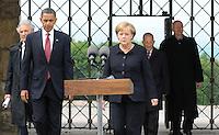 Besuch des Präsidenten der vereinigten Staaten von Amerika (USA) Barack Obama vom 4. bis 5. Juni 2009 in der Bundesrepublik Deutschland - Visite in der Mahn- und Gedenkstätte Buchenwald auf dem Ettersberg bei Weimar (Freitag der 5.6.2009) - im Bild:  der Präsident Barack Obama gibt nach dem Besuch des Konzentrationslagers Buchenwald seine Statements an die Presse. - hier mit Bundeskanzlerin Angela Merkel sowie Elie Wiesel (Buchenwald Überlebender, links) und Bertrand Herz (Überlebender) und dem Gedenkstättenleiter (r.) nach dem Rundgang. Porträt Foto: Norman Rembarz..