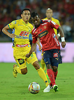 MEDELLÍN -COLOMBIA-11-03-2015. Brayan Angulo (Der) jugador de Independiente Medellín disputa el balón con Camilo Ayala (Izq) jugador de Atlético Huila durante partido por la fecha 9 de la Liga Águila I 2015 jugado en el estadio Atanasio Girardot de la ciudad de Medellín./ Brayan Angulo (R) player of Independiente Medellin fights for the ball with Camilo Ayala (L) player of Atletico Huila during the match for the  9th date of the Aguila League I 2015 at Atanasio Girardot stadium in Medellin city. Photo: VizzorImage/León Monsalve/STR