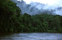 Rio Amapari, municÌpio de Serra do Navio<br /> Parque Nacional de Tumucumaque - <br /> Amapá, Brasil<br /> <br /> <br /> <br /> <br /> O Parque Nacional Montanhas do Tumucumaque (PNMT) foi criado<br /> em terras públicas<br /> pelo<br /> governo federal através do Decreto s/nº de 22 de agosto de 2002. Possui uma área de<br /> 3.846.427<br /> ha (<br /> 3.867.000 ha se gundo o D ecreto de cr iação<br /> )<br /> , um perímetro<br /> de<br /> 1.921<br /> km<br /> e<br /> está localizado na porção Noroeste do E stado do A mapá. Faz fronteira com dois país<br /> es<br /> vizinhos: o Território Ultramarino Francês (<br /> Département d'outre<br /> -<br /> mer<br /> ) Guiana Francesa e a<br /> República do Suriname, ex<br /> -<br /> Guiana Holandesa.<br /> É quase integralmente abrangido pela Faixa<br /> de Fronteira de 150 km, o que torna suas terras objeto de r esponsabilidade também dos<br /> órgãos da D efesa N acional, at ravés do M inistério da D efesa e do C onselho de D efesa<br /> Nacional<br /> <br /> Foto Marcello Lourenço