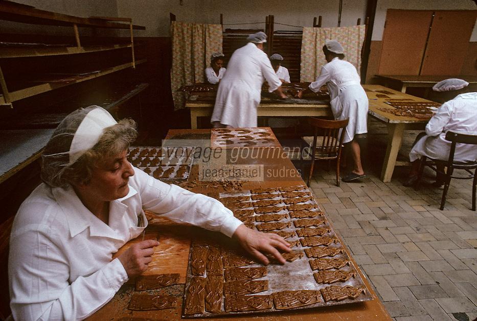 """Europe/Pologne/Torun: Fabrication du pain d'épice à l'usine """"Kopernik""""<br /> PHOTO D'ARCHIVES // ARCHIVAL IMAGES<br /> POLOGNE 1980"""