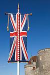 Great Britain, England, Berkshire, Windsor: Union Flag outside walls of Windsor Castle | Grossbritannien, England, Berkshire, Windsor: Union Jack vorm Windsor Castle