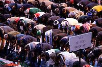 Musulmani pregano durante la manifestazione nazionale a Roma, 17 gennaio 2009, di solidarieta' col popolo palestinese e contro i raid israeliani nella striscia di Gaza..Muslims attend a prayer during a national demonstration in Rome, 17 january 2009, in solidarity with Palestinians and against Israel's continued incursion into Gaza strip..UPDATE IMAGES PRESS/Riccardo De Luca