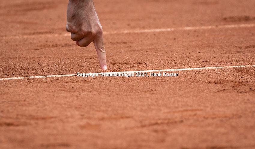 Amstelveen, Netherlands, 10 Juli, 2021, National Tennis Center, NTC, Amstelveen Womans Open, Singles final:  Umpire shows ballmark.<br /> Photo: Henk Koster/tennisimages.com