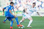 Toni Kroos of Real Madrid (R) fights for the ball with Mauro Wilney Arambarri Rosa of Getafe CF (L) during the La Liga 2017-18 match between Getafe CF and Real Madrid at Coliseum Alfonso Perez on 14 October 2017 in Getafe, Spain. Photo by Diego Gonzalez / Power Sport Images