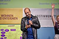 Wahlfeier der Kampagne Deutsche Wohnen & Co. enteignen am Sonntag den 26. September 2021 in Berlin.<br /> Nach den ersten bekanntgegebenen Zahlen haben sich ueber 57 Prozent der an der Volksabstimmung Beteiligten fuer eine Vergesellschaftung grosser Immobilienkonzerne wie Deutsche Wohnen, Vonovia und anderen ausgesprochen.<br /> Im Bild: Rouzbeh Taheri, einer der Sprecher der Kampagne fuer das Volksbegehren.<br /> 26.9.2021, Berlin<br /> Copyright: Christian-Ditsch.de