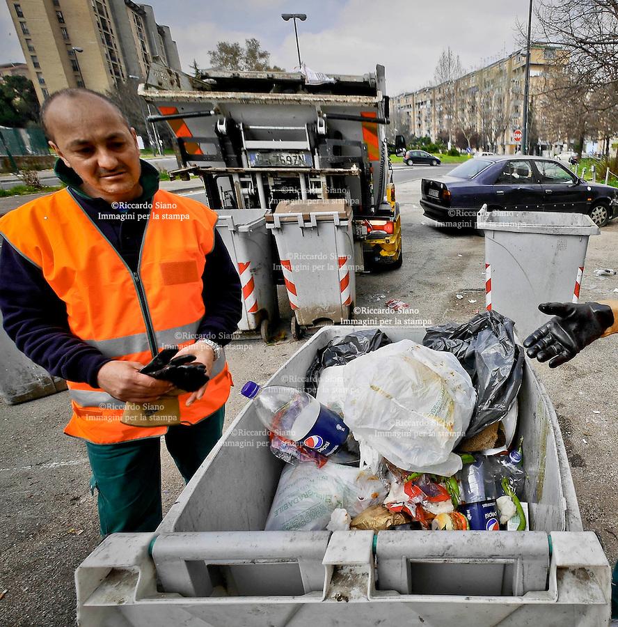 - NAPOLI 19 MAR  2014 -  Scampia  cumuli di rifiuti  raccolta differenziata