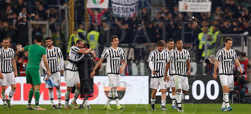 Calcio, Serie A: Lazio vs Juventus. Roma, stadio Olimpico, 4 dicembre 2015.<br /> Juventus players celebrate at the end of the Italian Serie A football match between Lazio and Juventus at Rome's Olympic stadium, 4 December 2015. Juventus won 2-0.<br /> UPDATE IMAGES PRESS/Riccardo De Luca