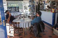 Royaume-Uni, îles Anglo-Normandes, île de Sark (Sercq): LGeorges Guille et un pêcheur au pub de Port Maseline  // United Kingdom, Channel Islands, Sark Island (Sercq):  Georges Guille and a fisherman, at Port Maseline  pub