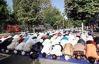 Musulmani prendono parte alla preghiera dell'Eid-al-Fitr per celebrare la fine del Ramadan, in piazza Vittorio, Roma, 10 settembre 2010..Muslims prostrate on the ground during the Eid-al-Fitr prayer marking the fasting month of Ramadan, in Rome, 10 september 2010..UPDATE IMAGES PRESS/Riccardo De Luca