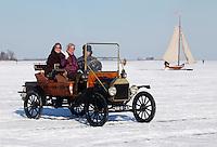Lachende mensen in een T-ford  op het ijs van de Gouwzee