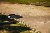 Olimpia Lo stadio Stadium. una turista legge una guida davanti alle tribune Patrimonio Unesco