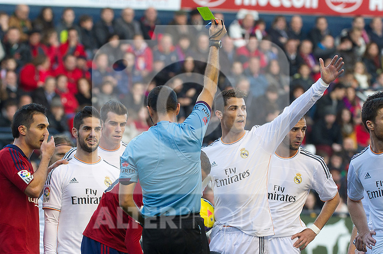 Real Madrid's Cristiano Ronaldo have words with the referee during La Liga match.December 14,2013. (ALTERPHOTOS/Mikel)