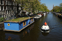AMSTERDAM-HOLANDA-  Un bote circula por unos de los canales de agua de la ciudad./ A boat is on one of the city's waterways.  Photo: VizzorImage/STR