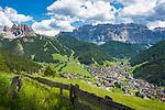 Italien, Suedtirol (Trentino - Alto Adige), Dolomiten, Groednertal: Wolkenstein in Groeden vor Sellagruppe und Cirspitzen (links) | Italy, South Tyrol (Trentino - Alto Adige), Dolomites, Val Gardena: Selva di Val Gardena with Gruppo del Sella mountains and Gruppo del Cir mountains (left)