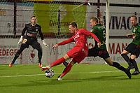 FC GULLEGEM - SPARTA PETEGEM :<br /> Pieter De Wulf (5) tracht een doelpoging van Victor Van De Wiele (rood) onschadelijk te maken<br /> <br /> Foto VDB / Bart Vandenbroucke