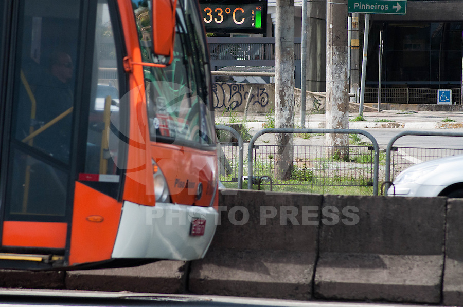 SÃO PAULO-SP-07,11,2014-CLIMA TEMPO- A temperatura está em média de 33° na Avenida Eusébio Matoso. Região Oeste da cidade de São Paulo,na tarde dessa sexta-feira,07(Foto:Kevin David/Brazil Photo Press)