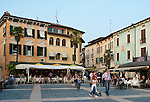 Italy, Lombardia, Sirmione, located on a small peninsula on the South Banks of Lake Garda: pavement cafes and restaurant at Piazza Carducci in Old Town   Italien, Lombardei, Gardasee, Sirmione, auf einer Halbinsel am Suedufer des Gardasees gelegen: Cafes und Restaurants in der Altstadt auf der Piazza Carducci