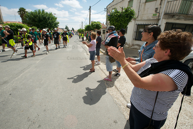 Bergarbeiterstreik in Spanien.<br /> Am 5. Juli 2012 erreichten 200 Bergarbeiter mit dem ÑMarcha Negraì (der Schwarze Marsch) nach 14 Tagen und 381,7 Kilometer Marsch die Ortschaft Sanchidrian in der Provinz Avila. Am 11. Juli 2012 wollen die Mineros in Madrid eintreffen und vor das Wirtschaftsministerium gehen.<br /> Mit dem Marcha Nagra und dem seit Mai andauernden Streik der Mineros soll die Regierung gezwungen werden, die Kuerzung von 64% der Bergbaufoerderung zurueck zu nehmen. Die Kuerzung bedeutet das Aus fuer den spanischen Bergbau und tausende Bergarbeiter sind von Arbeitslosigkeit bedroht.<br /> Im Bild: Anwohner von Sanchidrian und Angehoerige der Mineros applaudieren den Mineros.<br /> 5.7.2012, Sanchidrian/Spanien<br /> Copyright: Christian-Ditsch.de<br /> [Inhaltsveraendernde Manipulation des Fotos nur nach ausdruecklicher Genehmigung des Fotografen. Vereinbarungen ueber Abtretung von Persoenlichkeitsrechten/Model Release der abgebildeten Person/Personen liegen nicht vor. NO MODEL RELEASE! Nur fuer Redaktionelle Zwecke. Don't publish without copyright Christian-Ditsch.de, Veroeffentlichung nur mit Fotografennennung, sowie gegen Honorar, MwSt. und Beleg. Konto: I N G - D i B a, IBAN DE58500105175400192269, BIC INGDDEFFXXX, Kontakt: post@christian-ditsch.de<br /> Bei der Bearbeitung der Dateiinformationen darf die Urheberkennzeichnung in den EXIF- und  IPTC-Daten nicht entfernt werden, diese sind in digitalen Medien nach §95c UrhG rechtlich geschuetzt. Der Urhebervermerk wird gemaess §13 UrhG verlangt.]