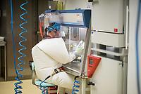 Pressetermin des Robert Koch-Instituts vor der Inbetriebnahme des Hochsicherheitslabors der Schutzstufe S4.<br /> In dem Labor der hoechsten Schutzstufe koennen am Standort Seestraße in Berlin-Wedding hochansteckende, lebensbedrohliche Krankheitserreger wie Ebola-, Lassa- oder Nipah-Viren sicher untersucht werden.<br /> Der Betriebsbeginn ist am 31. Juli 2018.<br /> Im Bild: Eine Mitarbeiterin des S4-Labor bei der Anaylse von Proben.<br /> ACHTUNG: Sperrfrist der Veroeffentlichung ist bis 25. Juli 2018 9.00 Uhr!<br /> 24.7.2018, Berlin<br /> Copyright: Christian-Ditsch.de<br /> [Inhaltsveraendernde Manipulation des Fotos nur nach ausdruecklicher Genehmigung des Fotografen. Vereinbarungen ueber Abtretung von Persoenlichkeitsrechten/Model Release der abgebildeten Person/Personen liegen nicht vor. NO MODEL RELEASE! Nur fuer Redaktionelle Zwecke. Don't publish without copyright Christian-Ditsch.de, Veroeffentlichung nur mit Fotografennennung, sowie gegen Honorar, MwSt. und Beleg. Konto: I N G - D i B a, IBAN DE58500105175400192269, BIC INGDDEFFXXX, Kontakt: post@christian-ditsch.de<br /> Bei der Bearbeitung der Dateiinformationen darf die Urheberkennzeichnung in den EXIF- und  IPTC-Daten nicht entfernt werden, diese sind in digitalen Medien nach §95c UrhG rechtlich geschuetzt. Der Urhebervermerk wird gemaess §13 UrhG verlangt.]
