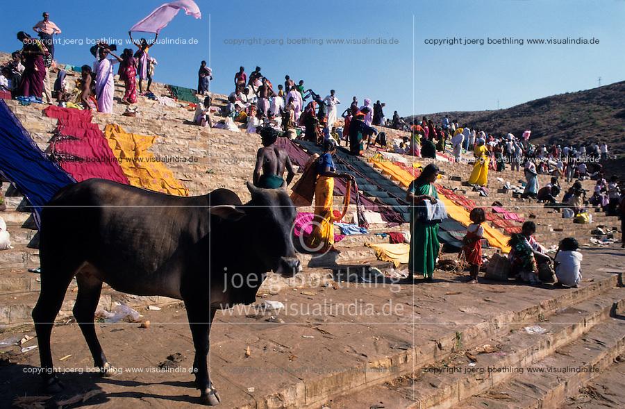 INDIA Karnataka, every year a festival takes place around the Yellamma temple in Saundatti and attracts thousand of pilgrims from villages, here is also practizised the Devadasi cult, where young girls are secretly dedicated to the hindu goddess Yellamma, most of the girls end in prostitution / INDIEN Karnataka, jedes Jahr findet in Saundatti das Tempelfest zu Ehren der Goettin Yellamma statt, das Tausende Pilger aus den umliegenden Doerfern anzieht, hier wird der Devadasi Kult praktiziert, heimlich werden junge Maedchen der Hindu Goettin Yellamma geweiht, die Maedchen enden spaeter meistens in der Prostitution