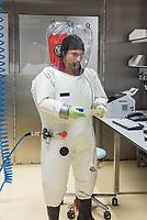 Pressetermin des Robert Koch-Instituts vor der Inbetriebnahme des Hochsicherheitslabors der Schutzstufe S4.<br /> In dem Labor der hoechsten Schutzstufe koennen am Standort Seestraße in Berlin-Wedding hochansteckende, lebensbedrohliche Krankheitserreger wie Ebola-, Lassa- oder Nipah-Viren sicher untersucht werden.<br /> Der Betriebsbeginn ist am 31. Juli 2018.<br /> Im Bild: Ein Mitarbeiter des S4-Labor bei der Anaylse von Proben.<br /> ACHTUNG: Sperrfrist der Veroeffentlichung ist bis 25. Juli 2018 9.00 Uhr!<br /> 24.7.2018, Berlin<br /> Copyright: Christian-Ditsch.de<br /> [Inhaltsveraendernde Manipulation des Fotos nur nach ausdruecklicher Genehmigung des Fotografen. Vereinbarungen ueber Abtretung von Persoenlichkeitsrechten/Model Release der abgebildeten Person/Personen liegen nicht vor. NO MODEL RELEASE! Nur fuer Redaktionelle Zwecke. Don't publish without copyright Christian-Ditsch.de, Veroeffentlichung nur mit Fotografennennung, sowie gegen Honorar, MwSt. und Beleg. Konto: I N G - D i B a, IBAN DE58500105175400192269, BIC INGDDEFFXXX, Kontakt: post@christian-ditsch.de<br /> Bei der Bearbeitung der Dateiinformationen darf die Urheberkennzeichnung in den EXIF- und  IPTC-Daten nicht entfernt werden, diese sind in digitalen Medien nach §95c UrhG rechtlich geschuetzt. Der Urhebervermerk wird gemaess §13 UrhG verlangt.]