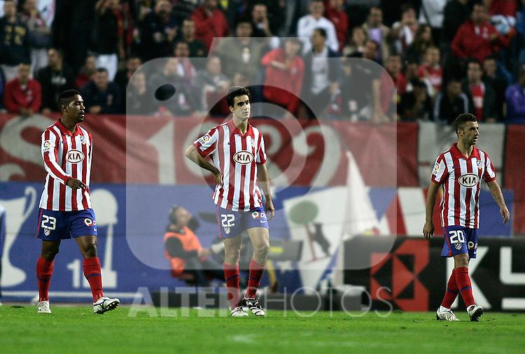 Atletico de Madrid's Cleber Santana, Pablo Ibanez and Simao Sabrossa dejected during La Liga match. October, 24 2009. (ALTERPHOTOS/Alvaro Hernandez).