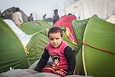 Von den 14.000 Flüchtlingen in Idomeni rechnet man mit 7.000 Kindern. Tausende Flüchtlinge leben in Zelten in Idomeni an der griechisch-mazedonischen Grenze und warten auf ihre Weiterreise. / Thousands of refugees waiting at Greek-Macedonian border.