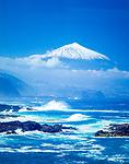 Spanien, Kanarische Inseln, Teneriffa, die rauhe Nordkueste mit schneebedecktem Pico del Teide (3.718 m), Spaniens hoechstem Berg | Spain, Canary Islands, Tenerife, north coast and snow covered Pico del Teide (3.718 m), Spain's highest mountain