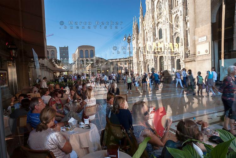 Milano, gente seduta al Caffè Camparino (Campari) in Galleria Vittorio Emanuele II e il Duomo riflesso sulla vetrina --- Milan, people at the Caffè Camparino (Campari) in the Galleria Vittorio Emanuele II and the reflection of Duomo square in the window