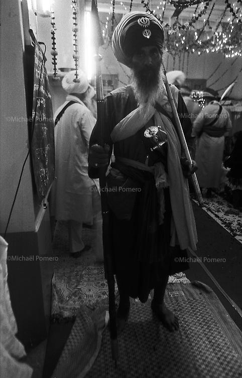 11.2010 Bundi (Rajasthan)<br /> <br /> Temple guard(monk) during sikh festival of guru Nanak.<br /> <br /> Guardien du temple(moine) pendant la fête sikh de guru Nanak.
