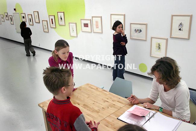 nijmegen 180206 In museum Het Valkhof in nijmegen konden kinderen van 8 tot 12 vandaag zelfstandig kunst kopen. De ouders mochten niet mee naar binnen om de keuze te bepalen en de namen van dekunstenaars waren afgeplakt. De prijs was 35 euro per kunstwerk.<br />Foto frans ypma APA-foto