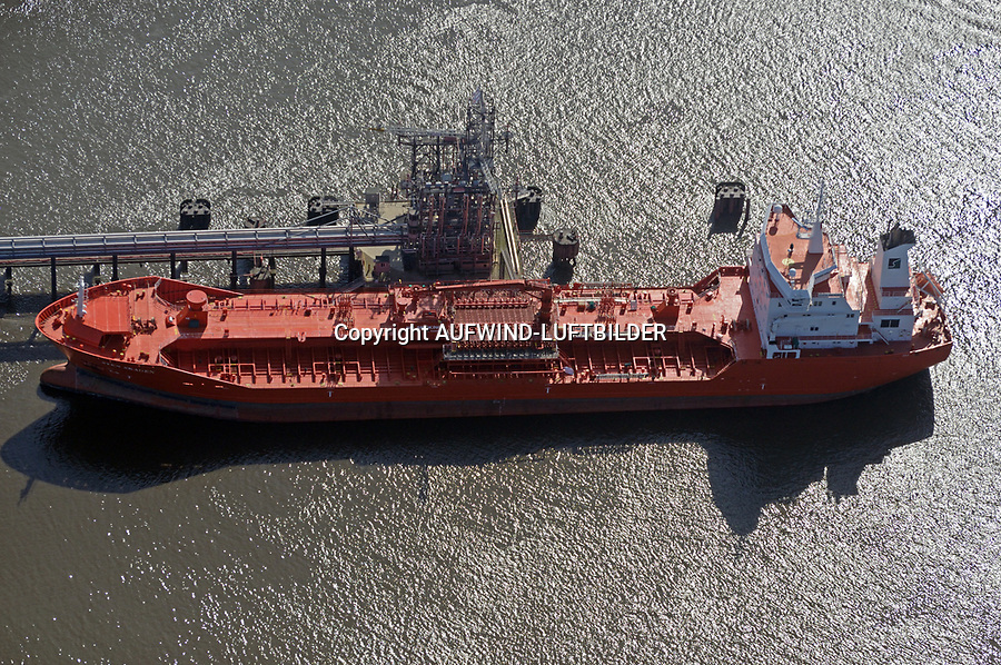Sten Skagen Oeltanker beim Petroliumhafen in Hamburg: EUROPA, DEUTSCHLAND, HAMBURG, (EUROPE, GERMANY), 28.03.2017: Sten Skagen Oeltanker löscht am Petroliumhafen in Hamburg Rohoel