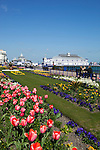 Great Britain, England, East Sussex, Eastbourne, View along Promenade gardens to Eastbourne Pier in Spring | Grossbritannien, England, East Sussex, Eastbourne, Uferpromenade zur Eastbourne Pier im Fruehling