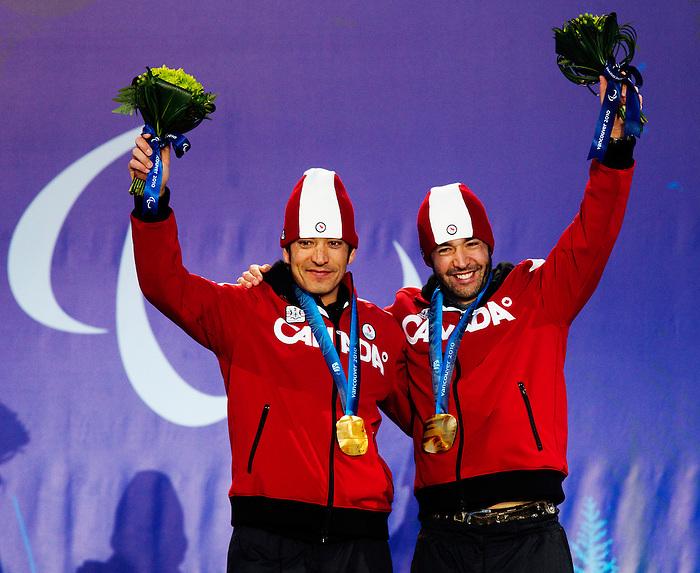 Brian McKeever and Robin McKeever, Vancouver 2010 - Para Nordic Skiing // Ski paranordique.<br /> Brian McKeever and guide Robin McKeever receive their gold medals in Para Nordic Skiing // Brian McKeever et le guide Robin McKeever reçoivent leurs médailles d'or en ski paranordique. 15/03/2010.