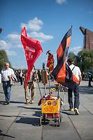 Tausende Menschen gedachten am 9. Mai 2016 in Berlin der Befreiung Deutschland von der Nationalsozialistischen Diktatur. Sie gedachten der gefallenen russichen Soldaten am sowjetischen Ehrenmal in Berlin-Treptow.<br /> Das Gedenken hatte zu Teil Volksfestcharakter mit Mummenschanz. Kinder waren als Sowjetsoldaten verkleidet, Bollerwagen waren mit Stalin-Aufklebern versehen (im Bild) und nationalistische Fahnen geschwenkt.<br /> 9.5.2016, Berlin<br /> Copyright: Christian-Ditsch.de<br /> [Inhaltsveraendernde Manipulation des Fotos nur nach ausdruecklicher Genehmigung des Fotografen. Vereinbarungen ueber Abtretung von Persoenlichkeitsrechten/Model Release der abgebildeten Person/Personen liegen nicht vor. NO MODEL RELEASE! Nur fuer Redaktionelle Zwecke. Don't publish without copyright Christian-Ditsch.de, Veroeffentlichung nur mit Fotografennennung, sowie gegen Honorar, MwSt. und Beleg. Konto: I N G - D i B a, IBAN DE58500105175400192269, BIC INGDDEFFXXX, Kontakt: post@christian-ditsch.de<br /> Bei der Bearbeitung der Dateiinformationen darf die Urheberkennzeichnung in den EXIF- und  IPTC-Daten nicht entfernt werden, diese sind in digitalen Medien nach §95c UrhG rechtlich geschuetzt. Der Urhebervermerk wird gemaess §13 UrhG verlangt.]