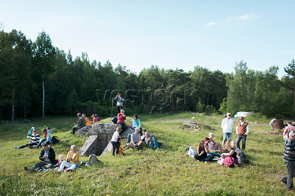 Estland, Zuschauer beim ersten Nargen Gesangs-Festival auf der Insel Naissaar in Estland <br /> <br /> Engl.: Europe, the Baltic, Estonia, Naissaar island, first Naissaar Song Celebration, song festival, culture, visitors, meadow, 28 June 2014<br /> <br /> || Sieben herausragende Accapella-Choere aus Estland singen Lieder mit Bezug auf das Meer und geben auch schon einen kleinen Vorgeschmack auf das Repertoire des grossen Saengerfeste in Tallinn, 28.06.2014