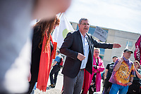"""Pflege in Bewegung - Bundesweite Gefaehrdungsanzeige.<br /> Am Freitag den 12. Mai fand in Berlin zum """"Internationaler Tag der Pflege"""" die Abschlussveranstaltung der Aktionskampagne """"bundesweite Gefaehrdungsanzeige"""" am Brandenburger Tor statt.<br /> Neben Redebeitraegen von Politik gab es es Statements von Initiatoren der Kampagne und Aktivisten der Pflegeszene, sowie Politiker der Linkspartei, der SPD und der Gruenen. Erstmals wurde das Strategiepapier """"Zukunft(s)Pflege"""" oeffentlich vorgestellt.<br /> Im Anschlus wurden ueber 8.500 Unterschriften im Bundesgesundheitsministerium uebergeben.<br /> Im Bild: Bernd Riexinger, Parteivorsitzender der Linkspartei redet zu den Kundgebungsteilnehmern. Rechts von ihm Mechthild Rawert von B90/Gruene und Elisabeth Scharfenberg von der SPD.<br /> 12.5.2017, Berlin<br /> Copyright: Christian-Ditsch.de<br /> [Inhaltsveraendernde Manipulation des Fotos nur nach ausdruecklicher Genehmigung des Fotografen. Vereinbarungen ueber Abtretung von Persoenlichkeitsrechten/Model Release der abgebildeten Person/Personen liegen nicht vor. NO MODEL RELEASE! Nur fuer Redaktionelle Zwecke. Don't publish without copyright Christian-Ditsch.de, Veroeffentlichung nur mit Fotografennennung, sowie gegen Honorar, MwSt. und Beleg. Konto: I N G - D i B a, IBAN DE58500105175400192269, BIC INGDDEFFXXX, Kontakt: post@christian-ditsch.de<br /> Bei der Bearbeitung der Dateiinformationen darf die Urheberkennzeichnung in den EXIF- und  IPTC-Daten nicht entfernt werden, diese sind in digitalen Medien nach §95c UrhG rechtlich geschuetzt. Der Urhebervermerk wird gemaess §13 UrhG verlangt.]"""