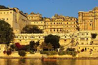 """Asie/Inde/Rajasthan/Udaipur: Le """"City Palace"""" - Palais du Roi et le lac Pichola - D'une longueur de près de 500M, ce vaste ensemble de marbre et de granit fut érigé à partir du règne d'Udai Singh (1537-1572) fondateur de la ville"""