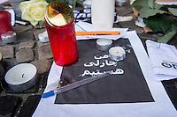 """Trauerbekundungen vor der franzoesischen Botschaft in Berlin anlaesslich der Ermordung von Redakteuren der Satierezeitschrift """"Charlie Hebdo"""" am 7. Januar 2015 in Paris.<br /> Bei einem Anschlag mit vorgeblich religioesen Motiven wurden zehn Mitarbeiter und Redakteure und zwei Polizisten durch Terroristen erschossen. Die Satierezeitschrift Charlie Hebdo war in der Vergangenheit mehrfach Ziel muslimischen Protesten, so wurden nach der Veroeffentlichung der """"Mohamed-Karrikaturen"""" das Redaktionsgebaeude am 2. November 2011 durch einen Brandanschlag zerstoert.<br /> Berlinerinnen und Berliner haben vor der Botschaft Blumen und Schilder mit der Aufschrift """"Je suis Charlie"""" (Ich bin Charlie), niedergelegt.<br /> Im Bild: Eine Trauerbekundung auf arabisch.<br /> 8.1.2015, Berlin<br /> Copyright: Christian-Ditsch.de<br /> [Inhaltsveraendernde Manipulation des Fotos nur nach ausdruecklicher Genehmigung des Fotografen. Vereinbarungen ueber Abtretung von Persoenlichkeitsrechten/Model Release der abgebildeten Person/Personen liegen nicht vor. NO MODEL RELEASE! Nur fuer Redaktionelle Zwecke. Don't publish without copyright Christian-Ditsch.de, Veroeffentlichung nur mit Fotografennennung, sowie gegen Honorar, MwSt. und Beleg. Konto: I N G - D i B a, IBAN DE58500105175400192269, BIC INGDDEFFXXX, Kontakt: post@christian-ditsch.de<br /> Bei der Bearbeitung der Dateiinformationen darf die Urheberkennzeichnung in den EXIF- und  IPTC-Daten nicht entfernt werden, diese sind in digitalen Medien nach §95c UrhG rechtlich geschuetzt. Der Urhebervermerk wird gemaess §13 UrhG verlangt.]"""