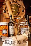 Spanien, Andalusien, Cádiz: lokale Spezialitaeten, eingelegter Thunfisch, Sherry, Schaufenster | Spain, Andalusia, Cádiz: local specialities, tuna, Sherry, shop window
