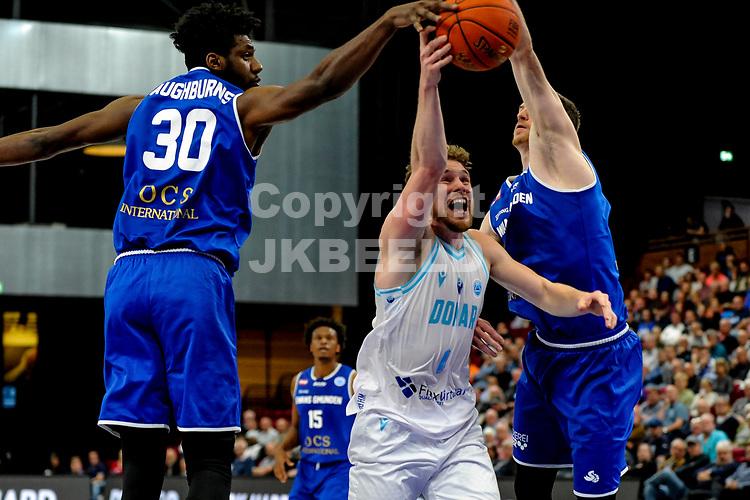 GRONINGEN - FIBA Basketbal-bubbel. Donar - Allianz Swans Gmunden seizoen 2021-2022, 29-09-2021, Donar speler Austin Luke  met Gmunden speler Branden Aughbruns