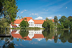 Deutschland, Bayern, Oberbayern, Chiemgau, Seeon: Kloster Seeon - ehemaliges Benediktinerkloster am Klostersee | Germany, Bavaria, Upper Bavaria, Chiemgau, Seeon: Monastery Seeon - former Benedictine monastery - at Monastery Lake