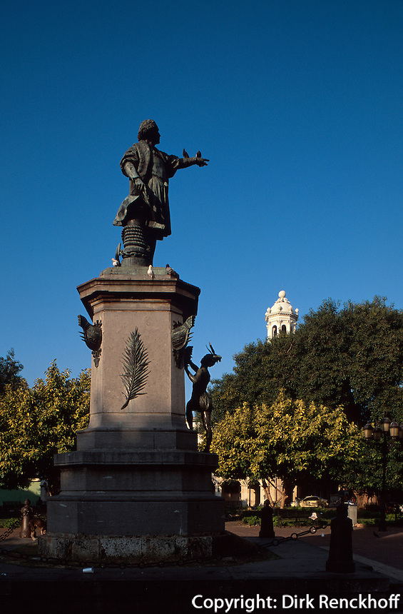 Dominikanische Republik, Kolumbusdenkmal am Parque de Colon in Santo Domingo, UNESCO-Weltkulturerbe