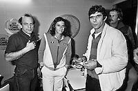 1982, ABN WTT, Vilas met links bespanner Bob Janse en rechts Willem van Hanegem, achter van Hanegem Jack van der Voorn