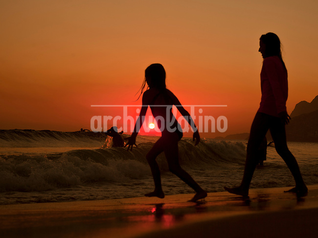 During the summer sunset is the best time in Rio de Janeiro beaches. Looking for some relief after a day under a burning sum and temperatures well above the 40 Celcius, people of this Brazilian city flood  teh seaside.