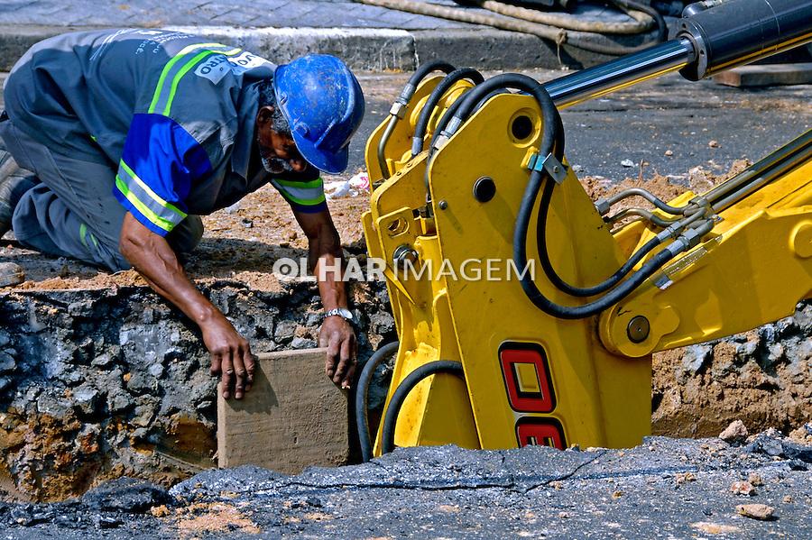 Trabalho de manutenção de rede de água e esgoto. São Paulo. 2007. Foto de Juca Martins.