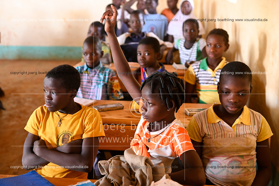 BURKINA FASO, Kaya, children of IDP internal displaced persons, inland refugees, in a catholic school after terrorist attack in their village Dablo / BURKINA FASO, Kaya, Schule der Diozöse Kaya fuer Kinder von IDP Fluechtlingen aus von Islamisten attackierten Doerfern wie Dablo