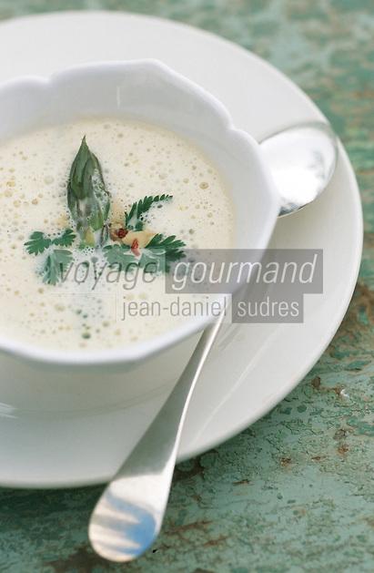 """Europe/France/Provence-Alpes-Côte d'Azur/84/Vaucluse/Avignon: Soupe d'asperges au sel de cèleri, oeufs de caille pochés recette de   de l'Hotel Restaurant """" La Mirande"""