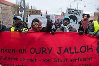 Demonstration am Sonntag den 7. Januar 2018 in Dessau anlaesslich des 13. Todestages des Sierra Leoners Oury Jalloh, der am 7. Januar 2005 unter bislang nicht geklaerten Umstaenden in einer Gewahrsamszelle in der Polizeiwache Wolfgangstrasse, bei lebendigem Leib verbrannte. Der damals wachhabende Dienstgruppenleiter wurde 2012 wegen fahrlaessiger Toetung verurteilt.<br /> Im November 2017 wurde bekannt, dass die Staatsanwaltschaft Dessau-Rosslau davon ausgeht, dass eine Selbstentzuendung durch den gefesselten Oury Jalloh unwahrscheinlich sei und stattdessen den Einsatz von Brandbeschleuniger und die Beteiligung Dritter fuer wahrscheinlich haelt. Der Staatsanwaltschaft wurde jedoch das Verfahren entzogen und an die Staatsanwaltschaft Halle uebergeben die im Oktober 2017 das Verfahren einstellte.<br /> An der Demonstration beteiligten sich ca. 3.500 Menschen.<br /> 7.1.2018, Dessau<br /> Copyright: Christian-Ditsch.de<br /> [Inhaltsveraendernde Manipulation des Fotos nur nach ausdruecklicher Genehmigung des Fotografen. Vereinbarungen ueber Abtretung von Persoenlichkeitsrechten/Model Release der abgebildeten Person/Personen liegen nicht vor. NO MODEL RELEASE! Nur fuer Redaktionelle Zwecke. Don't publish without copyright Christian-Ditsch.de, Veroeffentlichung nur mit Fotografennennung, sowie gegen Honorar, MwSt. und Beleg. Konto: I N G - D i B a, IBAN DE58500105175400192269, BIC INGDDEFFXXX, Kontakt: post@christian-ditsch.de<br /> Bei der Bearbeitung der Dateiinformationen darf die Urheberkennzeichnung in den EXIF- und  IPTC-Daten nicht entfernt werden, diese sind in digitalen Medien nach §95c UrhG rechtlich geschuetzt. Der Urhebervermerk wird gemaess §13 UrhG verlangt.]